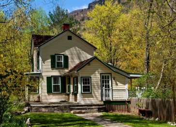 The Waterfall House a Woodstock Vacation Rental