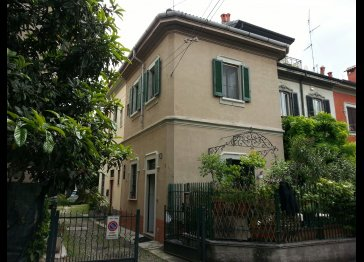 Lincoln townhouse with a garden in Milan center