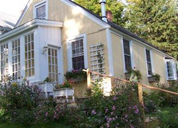 3 BR / 1 BA Hollyhock Cottage - First floor master