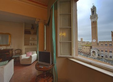 Unique Siena apartment with windows on the Piazza del Campo